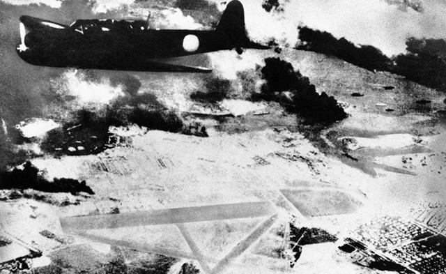 Đội bay của Nhật tấn công hầu hết các tàu chiến của Mỹ ở đảo Oahu ngay trước 8:00. Đây là ảnh một chiếc máy bay của Nhật bay ngang qua Trân Châu Cảng ...