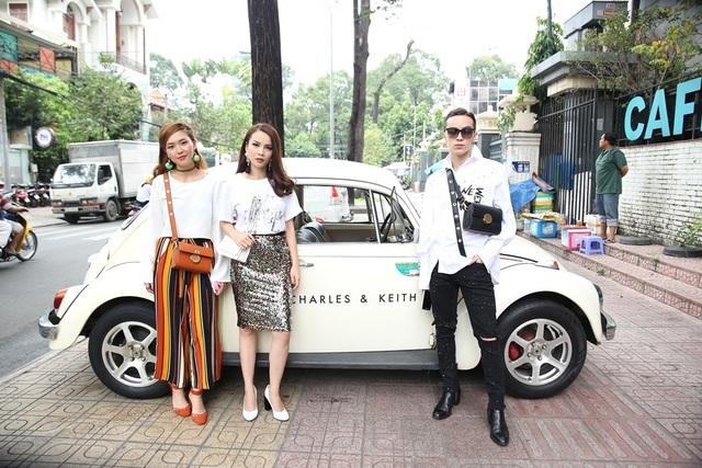 Yến Trang,VJ Kaylee Wang và Kelbin Lei tạo dáng bên cạnh xe cổ