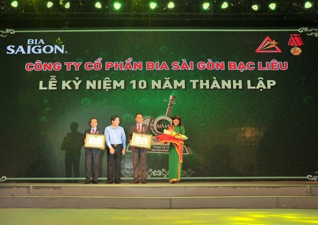 Ông Nguyễn Văn Đồi (phải) - GD Công Ty và ông Trịnh Công Vinh - P.GD Công ty đón nhận HCLD hạng 3