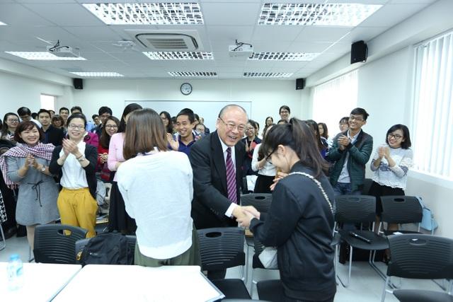Ngài Takebe Tsutomu bắt tay và dặn dò từng học viên