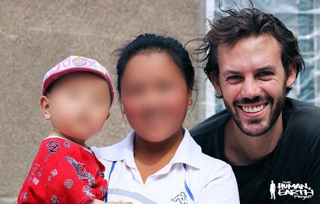 Ben chụp ảnh với May và con cô tại Trung Quốc.