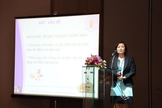 Tiến sĩ - Bác sĩ Nguyễn Thị Thanh Mai - Đại học Y Hà Nội trình bày tại hội nghị Khuyến Nghị Chu trình giúp bé ngủ ngon do công ty Johnson phối hợp cùng Hội Nhi Khoa Việt Nam tổ chức
