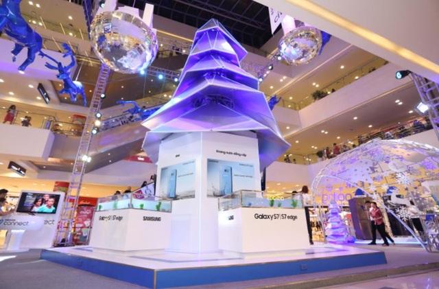 Cây thông Noel sử dụng tông màu Xanh thanh lịch làm chủ đạo, mang đậm phong cách bứt phá mọi giới hạn của Samsung là vật dụng trang trí không thể thiếu.