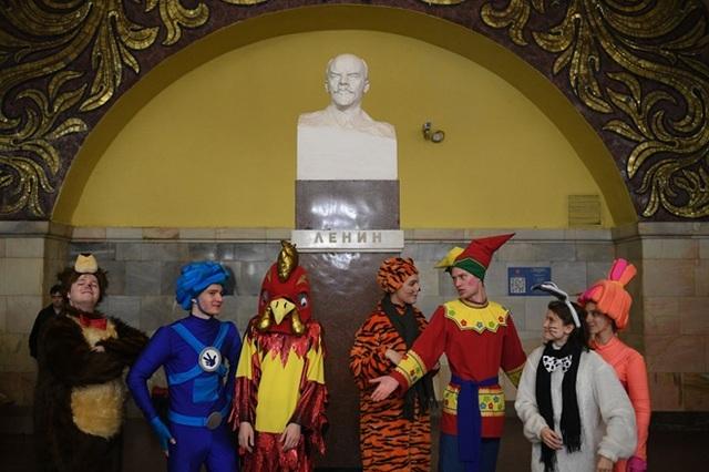 Các nhân vật cổ tích chờ tàu tại khu vực nhà ga Komsomolskaya.