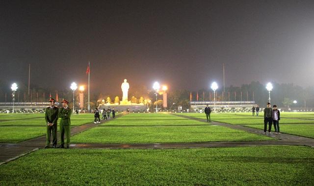 Quảng trường Hồ Chí Minh vắng bóng người dân đón giao thừa năm 2017.