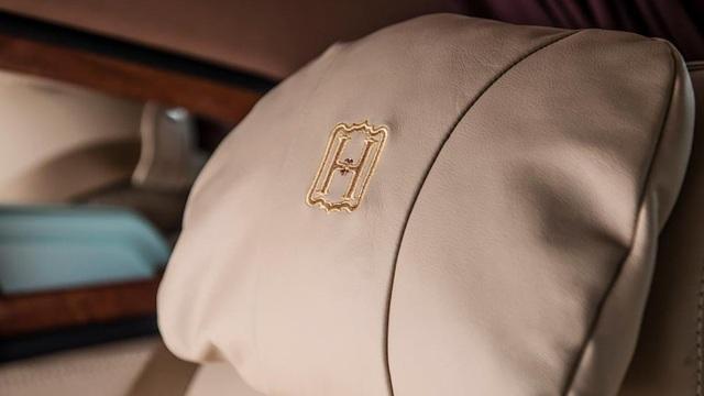Gia huy chữ H được thêu tay nổi bật trên gối tựa đầu, và cũng trùng hợp với tình cảm vợ - chồng của tý phú H.