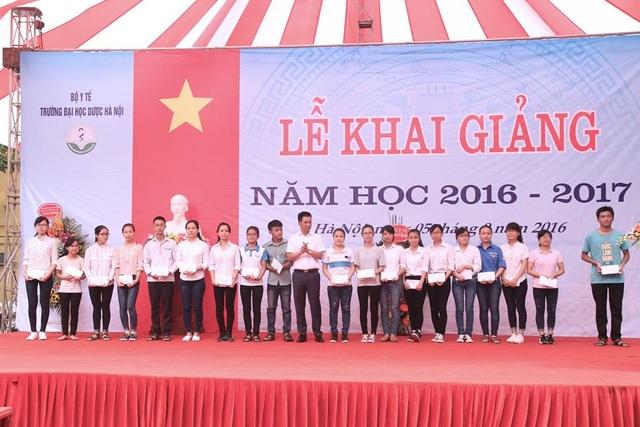 DS Nguyễn Hữu Dũng trao học bổng cho 20 SV có hoàn cảnh khó khăn trong ngày khai giảng năm học 2016-2017