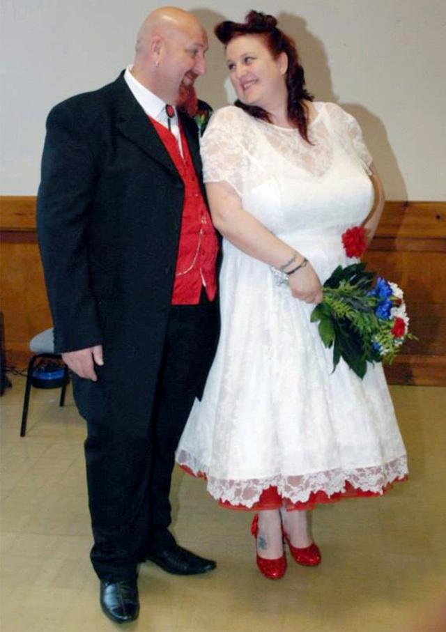 Ảnh cưới của Rachel và chồng Anthony, 58 tuổi, người rất ủng hộ cô