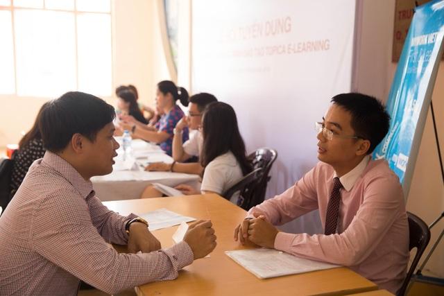 Tân cử nhân Topica E-learning phỏng vấn với nhà tuyển dụng ngay tại lễ tốt nghiệp.