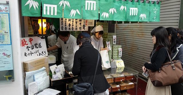 Chỉ vỏn vẹn 6m2 và bán 2 loại bánh nhưng những thành phẩm tuyệt hảo của Ozasa có sức hút mạnh mẽ với người dân trong suốt 65 năm qua. Thậm chí nhiều doanh nhân của các tập đoàn hàng đầu Nhật Bản hay các chính trị gia cũng không ngần ngại xếp hàng mua bánh.