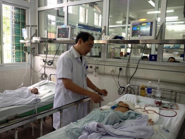 Giám đốc bệnh viện, Bs Nguyễn Đình Hưng khám cho em bé sau khi được phẫu thuật thành công.