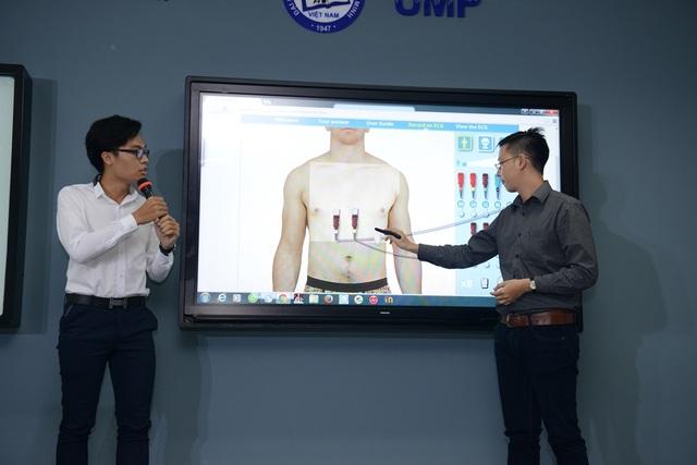 Sinh viên ĐH Y Dược TP.HCM tương tác thực hành trong một tiết học tại giảng đường thông minh