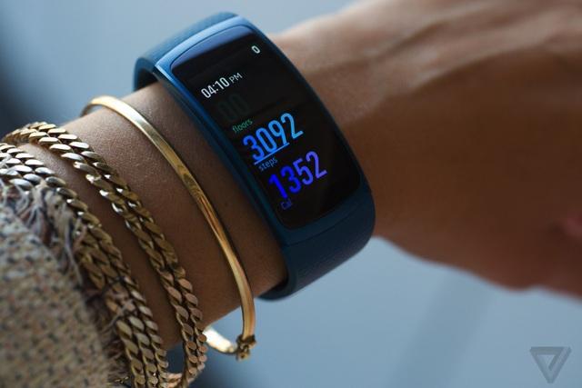 Gear Fit2 tạo nên sự khác biệt giữa nhóm các thiết bị đeo tay tổng hợp trên thị trường (ảnh: TheVerge).