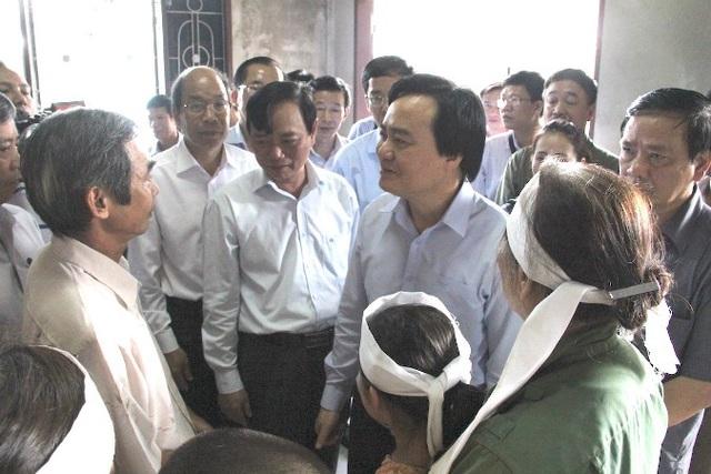 Bộ trưởng Nhạ và đoàn công tác thăm hỏi gia đình thiệt hại do lũ gây ra