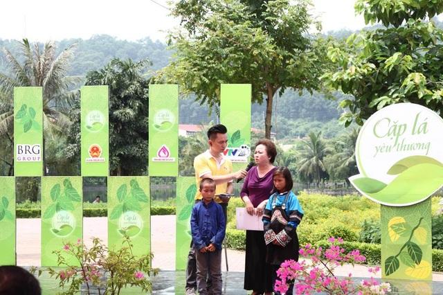 Madame Nguyễn Thị Nga trên sân khấu trực tiếp Cặp lá Yêu thương tại tỉnh Lào Cai tháng 8 năm 2016