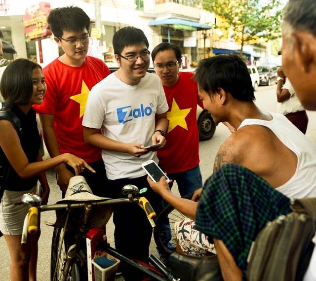 Kĩ sư Zalo đang trò chuyện cùng một tài xế xích lô trên đường phố Yangon