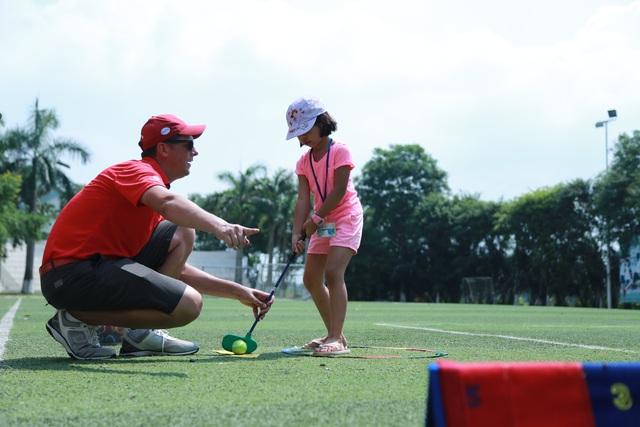 Các bạn nhỏ trường PT Đoàn Thị Điểm Ecopark rất háo hức khi được làm quen với bộ môn golf tưởng chừng chỉ thấy trong các chương trình truyền hình.