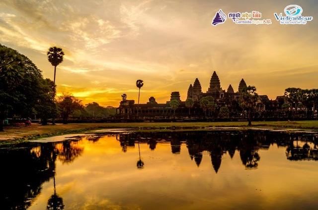 Vẻ yên bình và tĩnh lặng lúc hoàng hôn tại ngôi đền Angkor Wat ở Campuchia