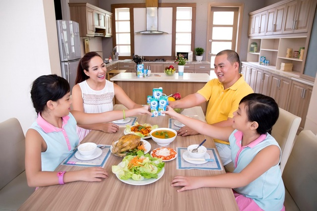 """Thói quen nạp """"năng lượng sữa"""" mỗi ngày là một trong những bí quyết giúp gia đình Thúy Hạnh luôn năng động"""