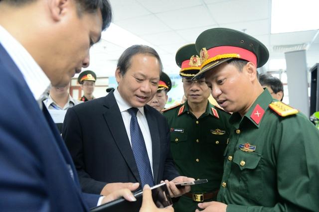 Bộ trưởng Trương Minh Tuấn khảo sát hoạt động nghiên cứu, sản xuất thiết bị viễn thông của Viettel.