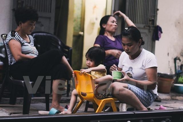Bữa ăn của các em ở bên cạnh đường ray. (Ảnh: Thanh Dung/Vietnam+)