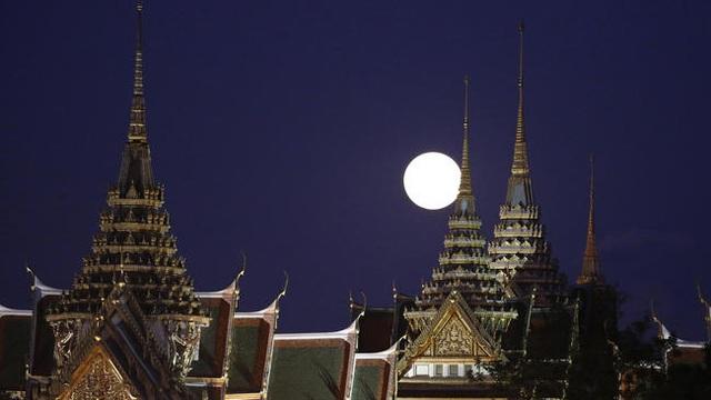 Trăng mọc ở Cung điện Grand, Bangkok, Thái Lan