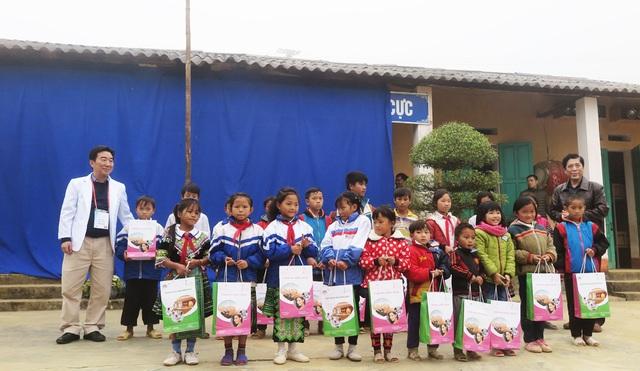 Trao tặng 700 suất quà tới các em học sinh tiểu học và THCS