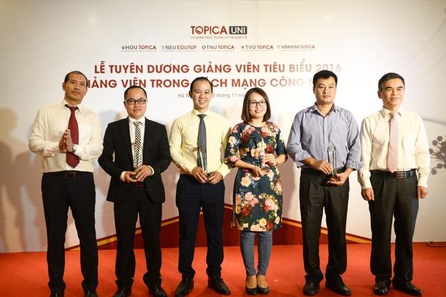 Ông Trần Đình Châu (ngoài cùng bên phải) - Vụ trưởng Chánh văn phòng Hội đồng quốc gia Giáo dục và Phát triển nhân lực cùng ông Nguyễn Quang Thuật (ngoài cùng bên trái) - Phó Chủ tịch HĐQT TOPICA trao kỉ niệm chương cho TOP 5 Giảng viên cống hiến năm 2016