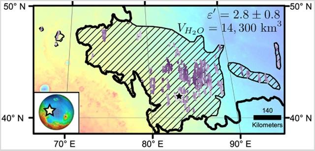 Vùng gạch chéo trên bản đồ là một phần của khu vực Utopia Planitia trên sao Hỏa, là nơi có có lượng khoáng băng lớn nằm dưới bề mặt, được kiểm tra bởi ra-đa Shallow trên Tàu quỹ đạo trinh sát sao Hỏa của NASA (Ảnh: NASA)Dữ liệu được thu thập bởi ra-đa Shallow trong hơn 600 lần Tàu quỹ đạo trinh sát sao Hỏa bay phía trên Utopia Planitia, đã tiết lộ về khoáng tụ nằm ở khoảng giữa 39 đến 49 độ vĩ bắc. Điều đáng ngạc nhiên nhất là độ dày của lớp khoáng tụ này khoảng 80 – 170m trong đó có 50 -85% là nước đóng băng (phần còn lại là đất và đá).