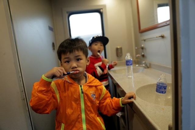 Hành khách đi tàu bây giờ được phát nước uống, báo, tạp chí, cờ tướng để giải trí… Tàu chạy êm hơn, ít rung lắc hơn. Tuy nhiên, lượng hành khách thì cũng chỉ lèo tèo.