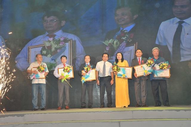 HĐQT và Ban Giám Đốc nhận bằng khen của Chủ Tịch UBND tỉnh Bạc Liêu