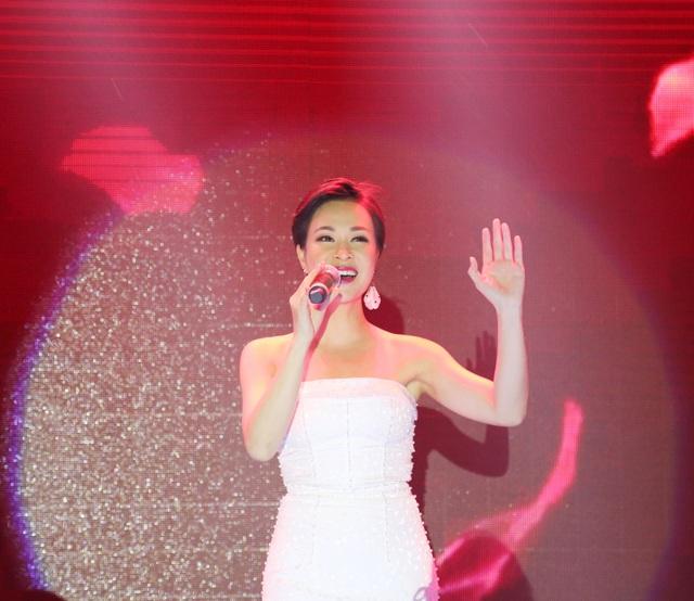 """Ca sĩ Uyên Linh xuất hiện trong các bài hát trữ tình về Hà Nội, mùa đông và """"Happy New Year"""" đã dẫn dắt người nghe đi từ những cảm xúc nghệ thuật lắng đọng đến những phút giây cao trào, hân hoan đón mừng năm mới."""