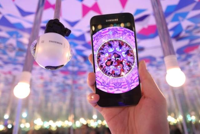 Theo đó, với sự trợ giúp đắc lực của camera Gear 360, toàn bộ không gian đẹp lung linh với đèn hoa rực rỡ xung quanh sẽ được bắt trọn chỉ trong một nút bấm.