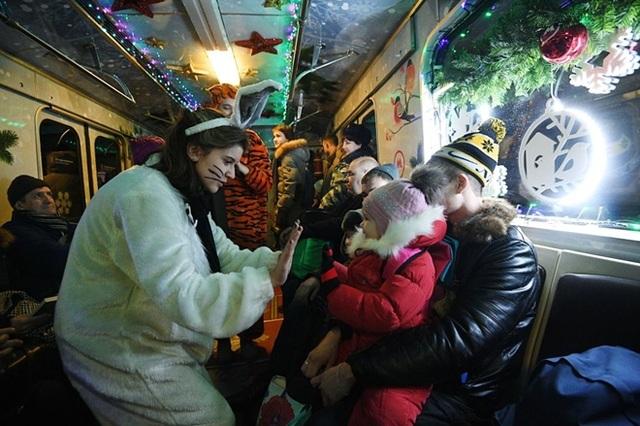 Các nhân vật trong truyện cổ tích, chơi đùa và phát kẹo cho trẻ em trên các chuyến tàu, với mong muốn mang lại một năm mới hạnh phúc, đủ đầy và ấm cúng