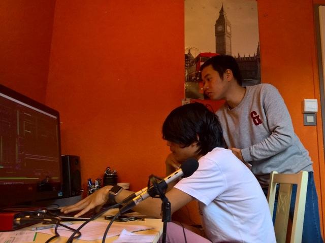 Công việc chỉnh sửa và ghép nhạc cũng đòi hỏi rất nhiều thời gian. Trong ảnh: Anh Hưng Thủy - phó chủ tịch AEVTL (áo xám) đang cùng với anh Tùng Nam (áo trắng) chỉnh sửa kĩ thuật.