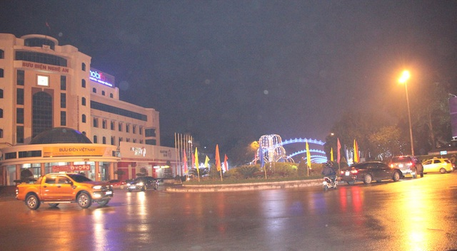 Mới hơn 23h đêm 31/12/2016, nhưng trên con phố trung tâm TP Vinh - đường Nguyễn Thị Minh Khai đã vắng bóng người đi ra phố. (Ảnh: Nguyễn Duy)