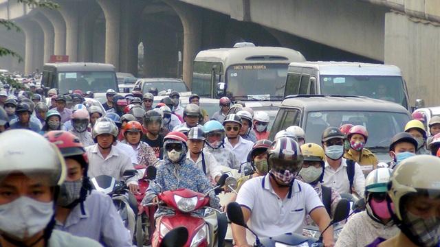 Càng đến gần ngã tư Nguyễn Xiển - Khuất Duy Tiến - Nguyễn Trãi, giao thông càng ùn tắc nghiêm trọng.
