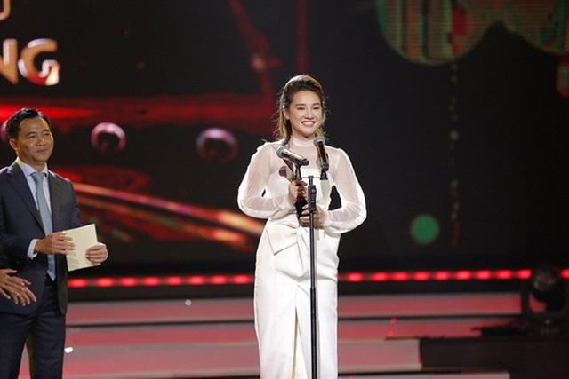 Nhã Phương trong đêm trao giải VTV Awards 2016. Đây là lần thứ 2 liên tiếp cô nhận được giải thưởng này