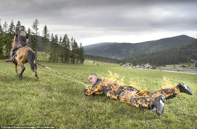 Ông Josef Todtling ở Áo đã lập kỷ lục khá đáng sợ là để để con ngựa kéo lê 500m trong tình trạng cơ thể bốc lửa. Ông đã mặc một chiếc áo đặc biệt để tránh bị bỏng.