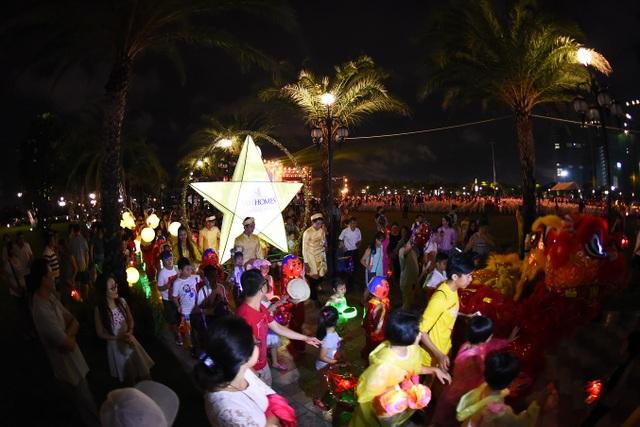 Lễ hội rước đèn trung thu với sự tham gia của hơn 5.000 cư dân Vinhomes Central Park