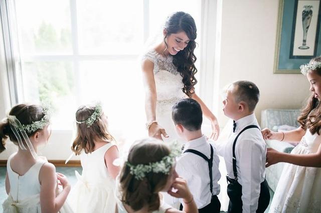 Niềm hạnh phúc của cô giáo trẻ khi được các học sinh yêu quý của mình làm phù dâu.