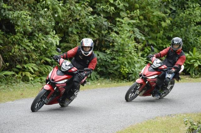 Vốn là một người chơi xe từ lâu, Cường Seven không thua kém bất cứ biker nào trong đoàn lần này.