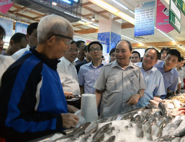 Thủ tướng hỏi thăm một khách hàng lớn tuổi trong siêu thị