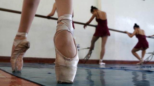 Nói đến ballet, hầu hết các nữ sinh đều thấy khó nhằn nhất với kỹ thuật mũi cứng. Toàn bộ trọng lượng và sự cân bằng dồn hết lên mũi chân rất khó khăn.