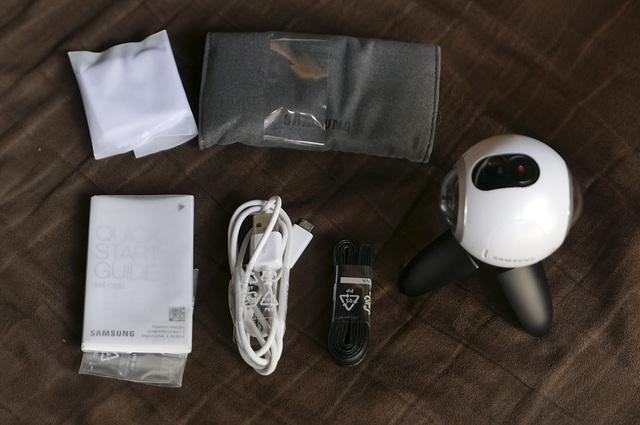 Phụ kiện phía trong hộp có túi đựng bằng nỉ, khăn lau ống kính, dây micro usb, dây đeo máy, sách hướng dẫn nhanh.