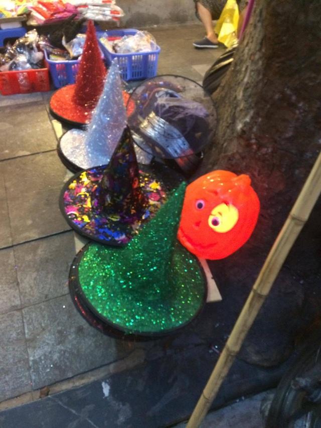 Một chiếc mũ phù thủy có giá dao động từ 30.000 - 50.000 đồng