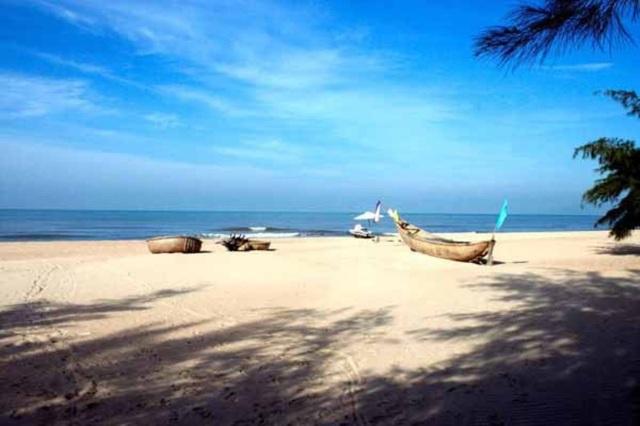 Hồ Tràm có bãi cát trắng trải dài