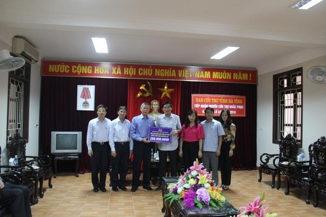 Đoàn trao tặng quà tại tỉnh Hà Tĩnh