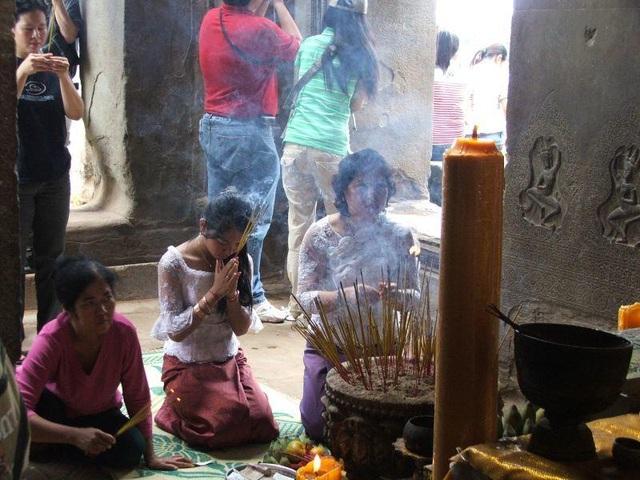 Đây cũng là dịp người dân gặp mặt và nghe những sư thầy giảng giải tại các đền chùa. Ảnh: ivyannecxt/Flickr.