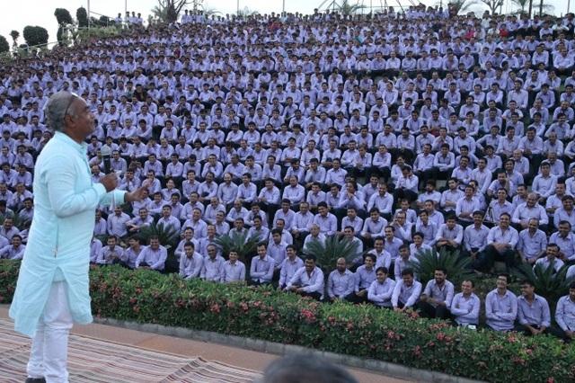 Ông chủ hào phóng nhất thế giới: tặng nhân viên 1.260 chiếc xe và 400 căn hộ - 4